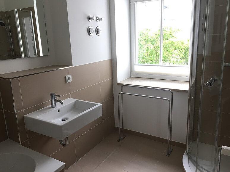 badezimmer-mit-badewanne-dusche-und-wc – Villa Seeblick Binz