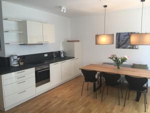 Wohnung 11 Küche & Esstisch