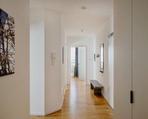 Blick durch den Flur der Wohnung 13