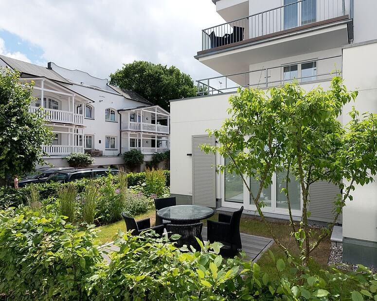 Hochwertiger Eingangsbereich der Villa Seeblick mit schönem Garten