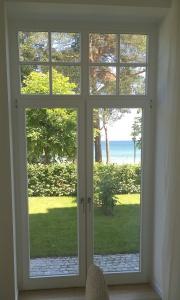 Bodentiefe Fenster zum Garten mit traumhaften Blick auf die blaue Ostsee