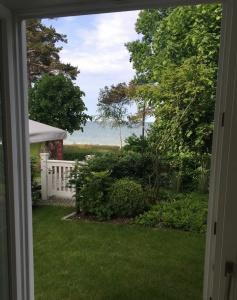 Perfekter Strandurlaub: Aus der Ferienwohnung 03 der Villa Seeblick über den eigenen Garten mit Gartentor direkt an den Strand