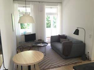 wohnzimmer-mit-sofa-und-tv-1-300x225 wohnzimmer-mit-sofa-und-tv